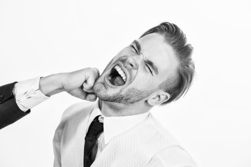 Ataque del negocio Conflicto del negocio y concepto de la discusi?n Hombre batido por cierre del compa?ero de trabajo encima de l fotos de archivo