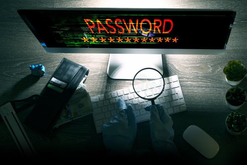 Ataque del pirata informático en ciberespacio, hurto de la contraseña y concepto de los datos del ordenador fotos de archivo