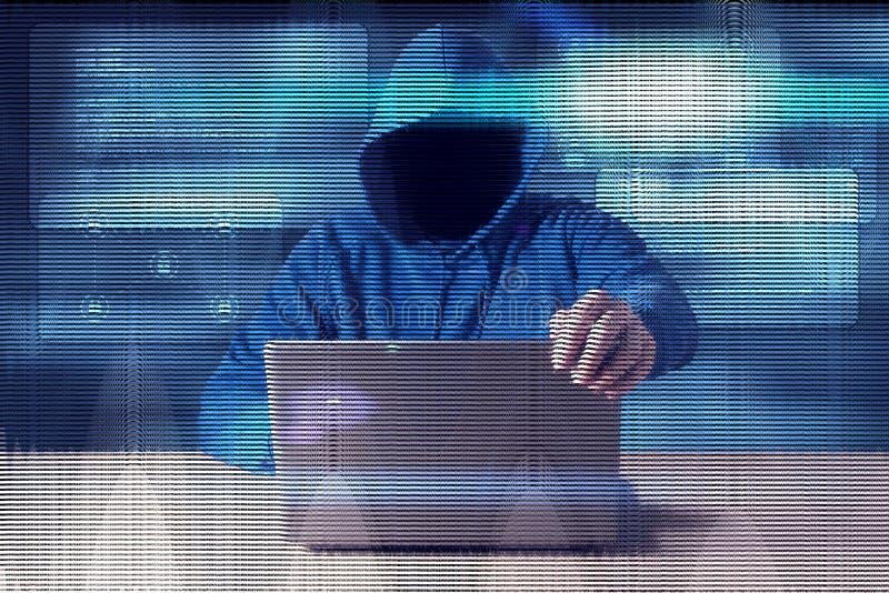 Ataque do Cyber com o hacker encapuçado irreconhecível que usa o computador fotografia de stock royalty free