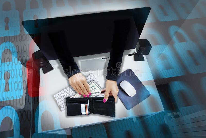 Ataque do Cyber ou fraude em linha com as mãos dos hacker's que roubam cartões do dinheiro e de crédito da carteira dos men's imagens de stock royalty free