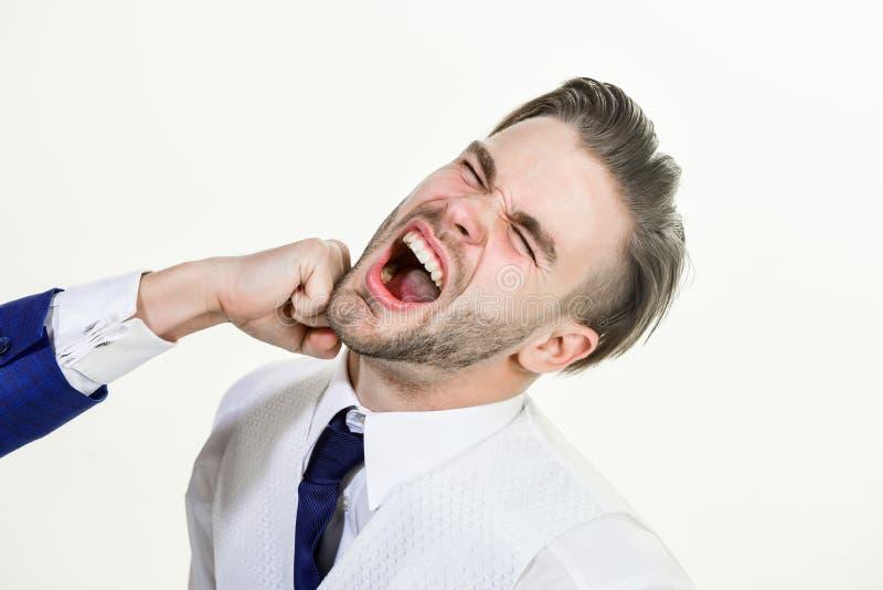 Ataque do negócio Conflito do negócio e conceito do argumento Homem batido pelo fim do colega de trabalho acima da cara no fundo  imagem de stock