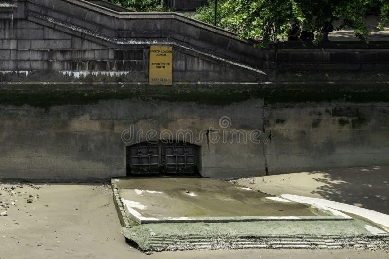 Ataque o esgoto do relevo ao lado da ponte de Lambeth, Londres foto de stock royalty free