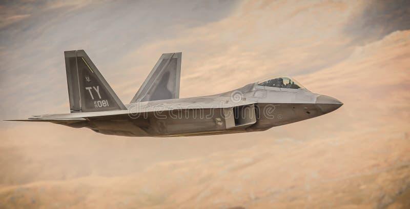 Ataques aéreos de la conducta de F-22 s primeros en Afganistán F22 imagenes de archivo