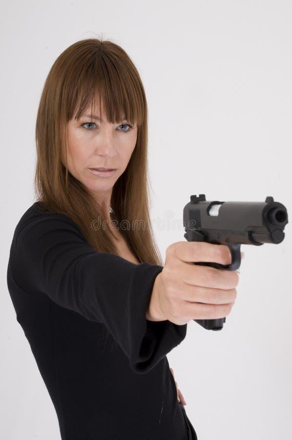 Ataques da mulher com um pistole imagens de stock