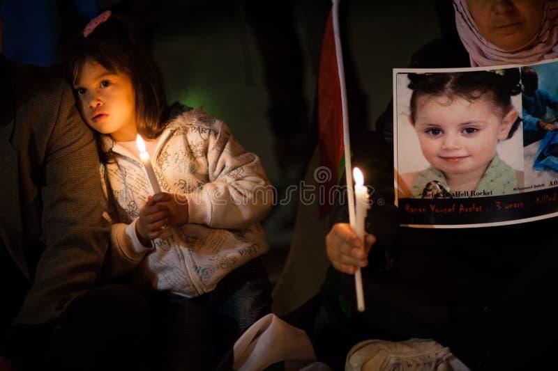 Ataques de Gaza de la protesta de los palestinos y de los israelíes fotos de archivo