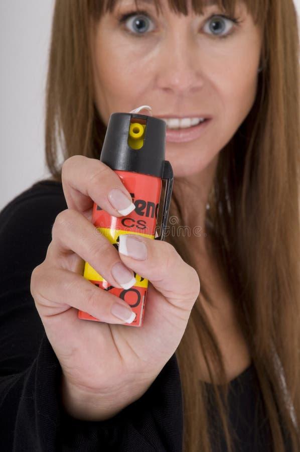 Ataques de la mujer con el spray de pimienta fotografía de archivo libre de regalías