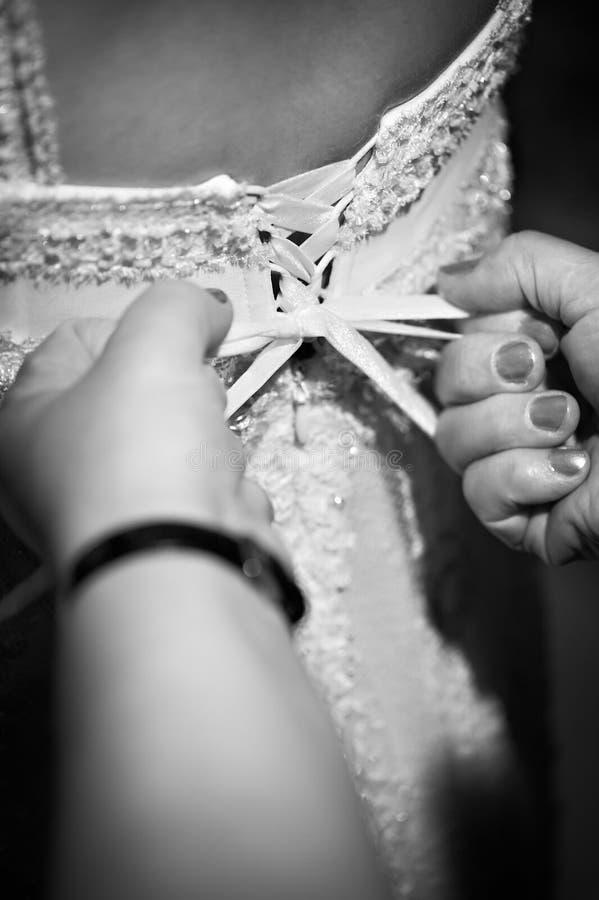 Atar a una novia del corsé imágenes de archivo libres de regalías