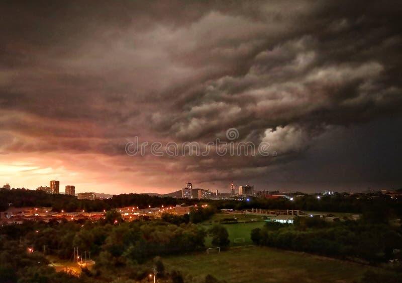 Atardecer con nubes de tormenta imagen de archivo libre de regalías