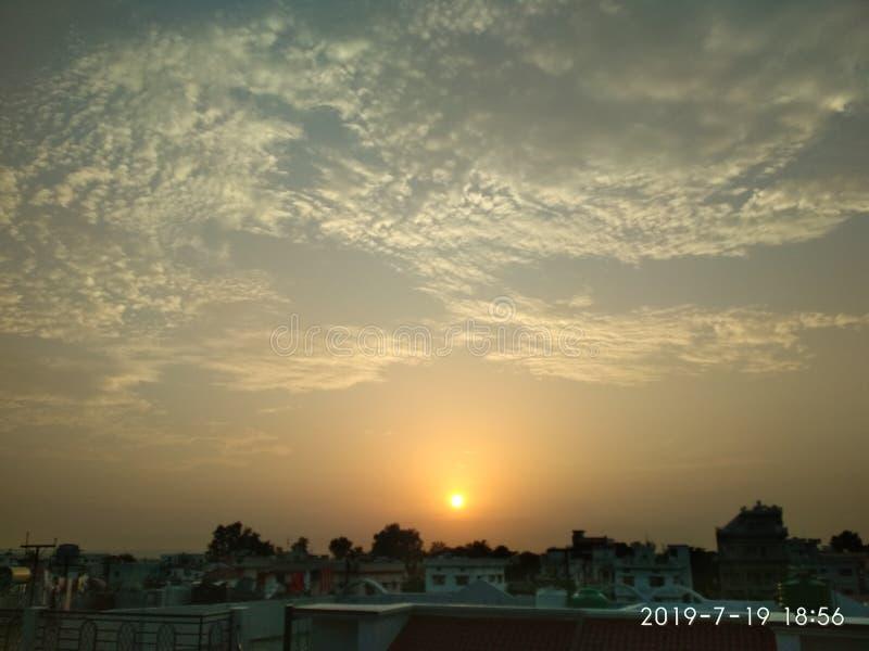 Atardecer en la ciudad de Dehradun en India fotografía de archivo