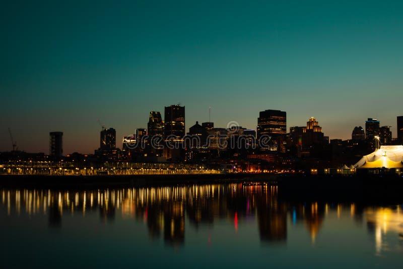 Atardecer sobre el centro de Montreal en Canadá imagen de archivo