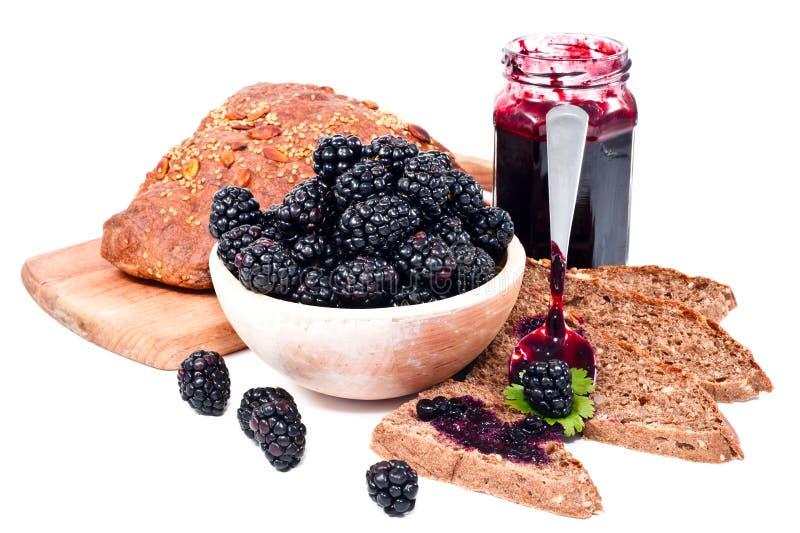 Atasco de Balckberries y pan hecho en casa de las rebanadas imágenes de archivo libres de regalías
