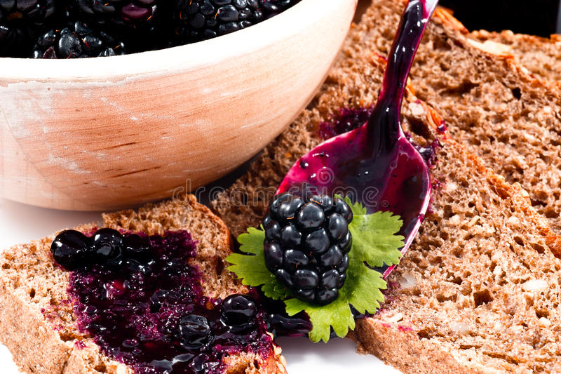 Atasco de Balckberries y primer hecho en casa del pan de las rebanadas fotos de archivo