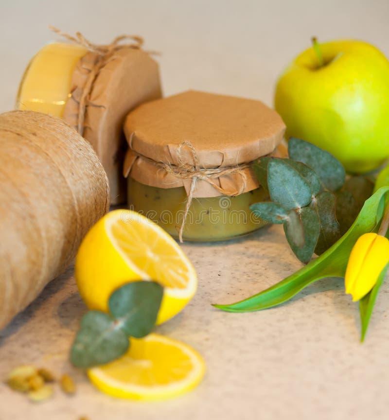 Atasco de la fruta con el limón y la manzana imagenes de archivo