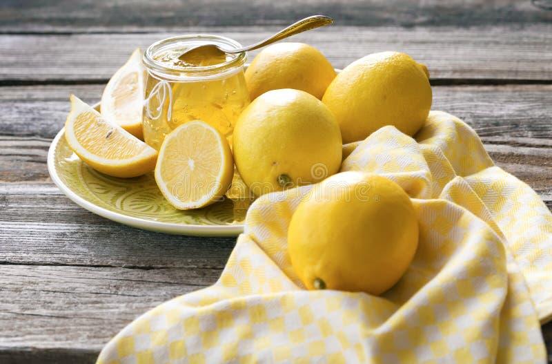 Atasco de limones y de frutas frescas del limón foto de archivo