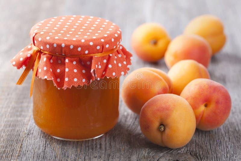 Atasco del albaricoque y frutas frescas imágenes de archivo libres de regalías