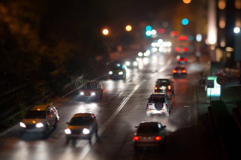 Atasco del coche de la ciudad, luces de la noche imagenes de archivo
