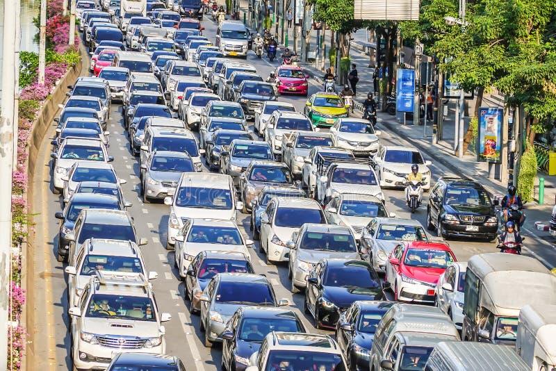 Atasco en Chong Nonsi El tráfico de Bangkok está generalmente ocupado durante la hora punta foto de archivo libre de regalías