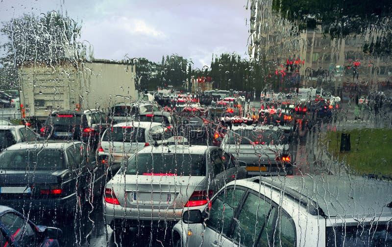 Atasco en día lluvioso en París. foto de archivo libre de regalías