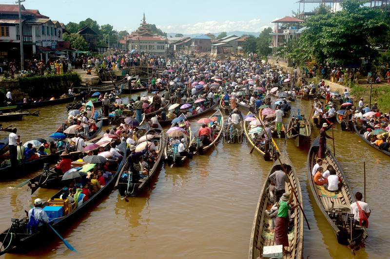 Atasco en festival de la pagoda de Phaung Daw Oo, Myanmar fotografía de archivo