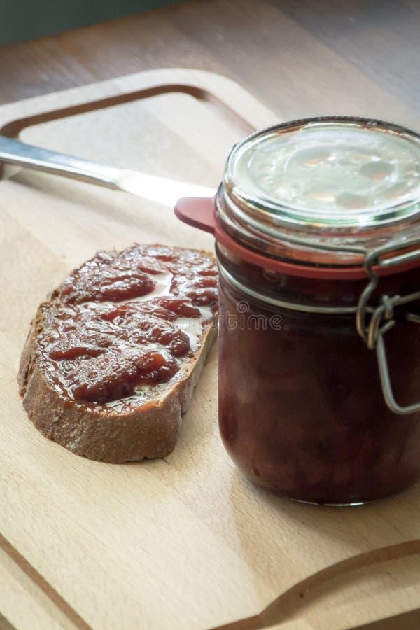 Atasco hecho en casa con pan y un cuchillo fotografía de archivo