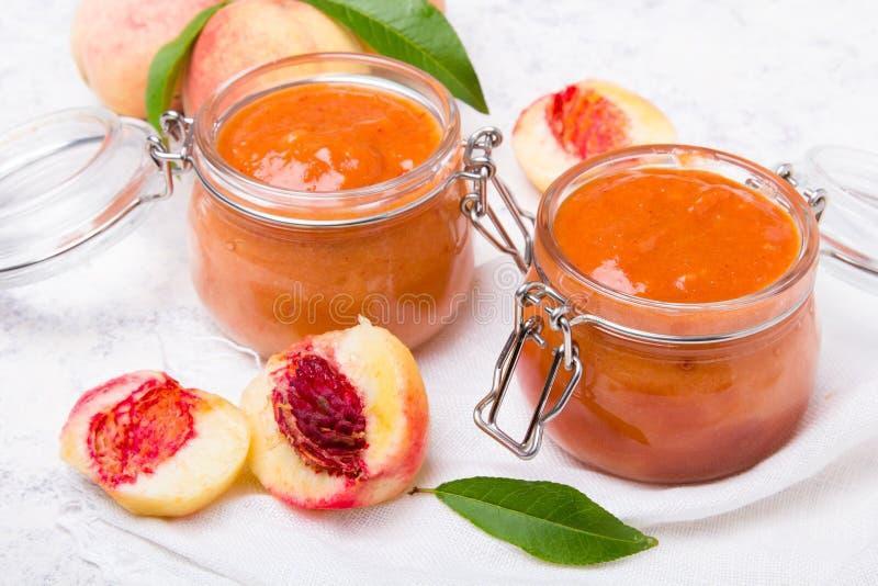 Atasco hecho en casa del melocotón con la fruta orgánica Cotos dulces imagen de archivo