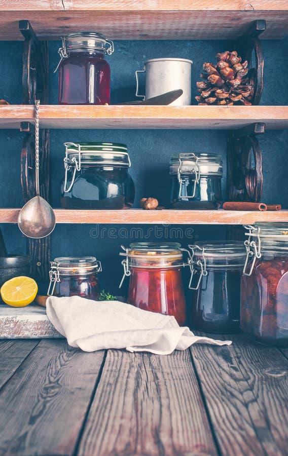 Atasco hecho en casa en estantes fotografía de archivo