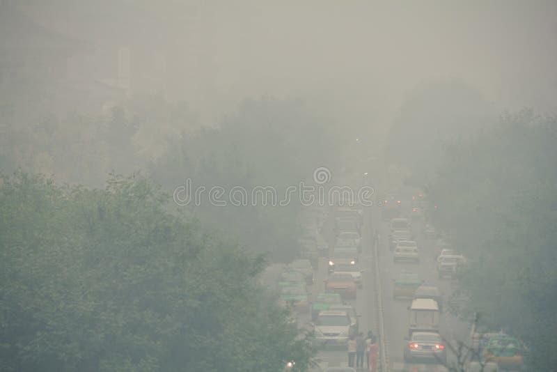 Atasco y niebla con humo en el distrito financiero central de Xi'an fotografía de archivo