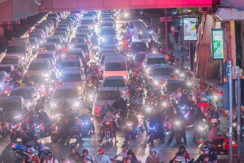 Atascos pesados en la ciudad de Bangkok con la fila de coches y de motocicletas en el camino en la noche después del trabajo Atas fotografía de archivo