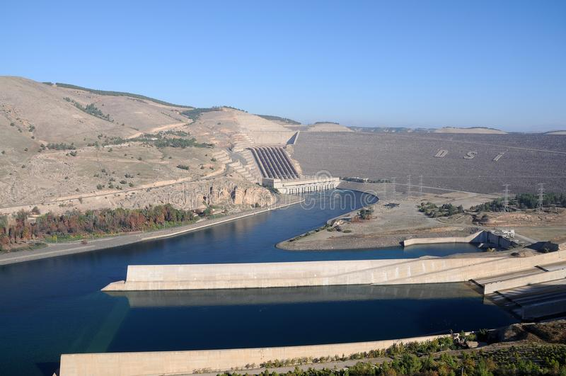 Atatü rk Dam bij de rivier van Eufraat in zuidoostelijk Turkije stock afbeelding