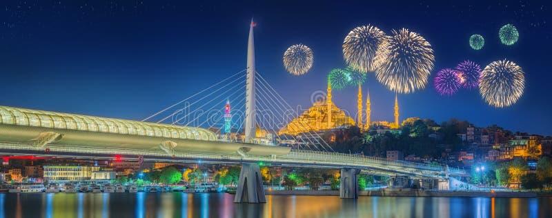 Ataturk bro, tunnelbanabro och härliga fyrverkerier, Istanbul royaltyfria bilder