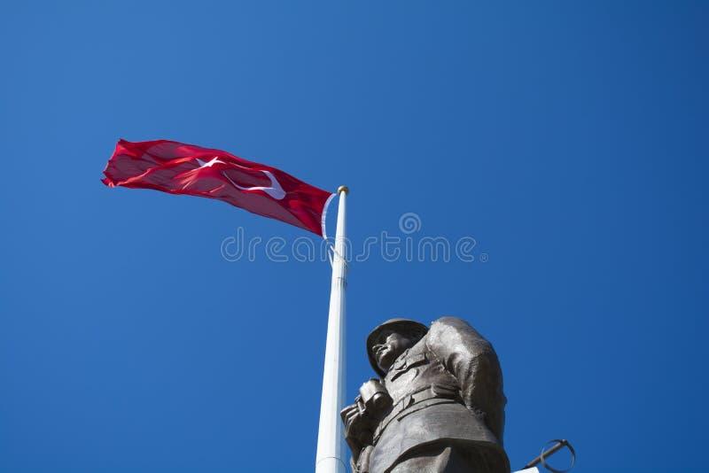 Ataturk-Statue und türkische Flagge in der Nase Bayiri, Gallipoli lizenzfreie stockfotos