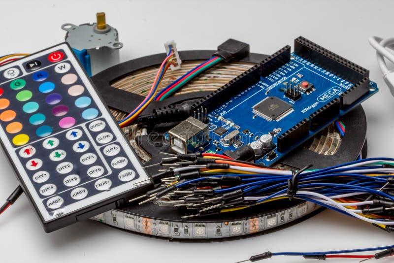 Ate con alambre el alambre colorido del color del arco iris para la creación de un prototipo rápida electrónica fotos de archivo libres de regalías