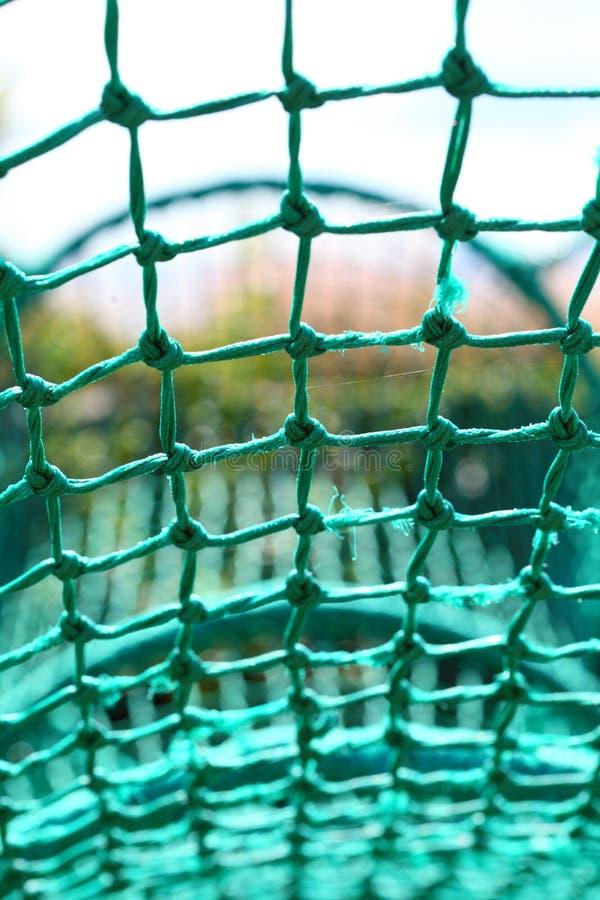 Ate a corda que pesca o fundo borrado verde da rede de segurança fotografia de stock