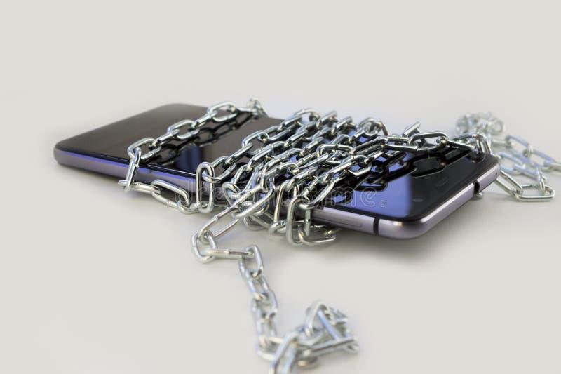 Ate el teléfono con una cadena del metal Fondo gris claro no fotografía de archivo