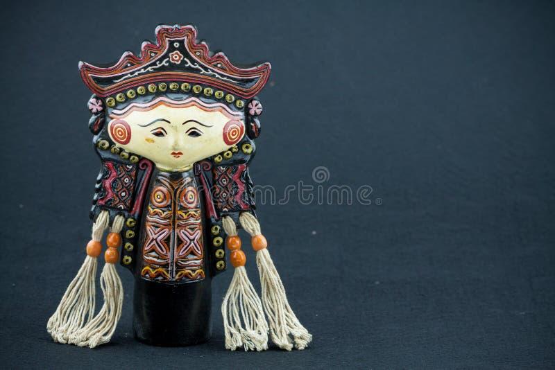 Ate las muñecas de la tradición de Myanmar de la marioneta, muñecas de madera en fondo negro imagenes de archivo