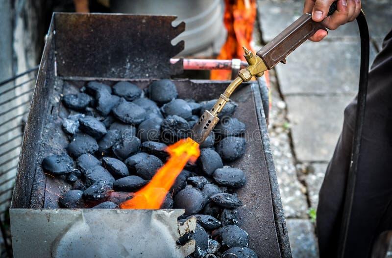 Ateando fogo acima a carvões amassados do carvão vegetal para o BBQ grelhe imagens de stock