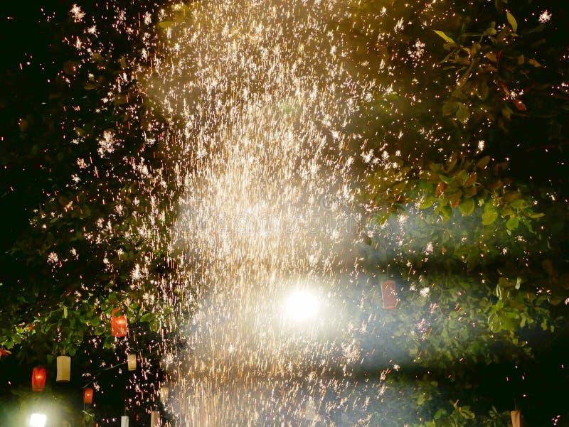 Ateie fogo à elevação disparada fonte no ar durante uma noite especial do jantar tailandês do norte imagem de stock royalty free