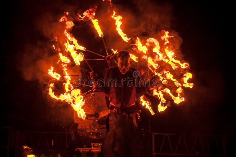 Ateie fogo à mostra na fase durante com partido imagem de stock royalty free