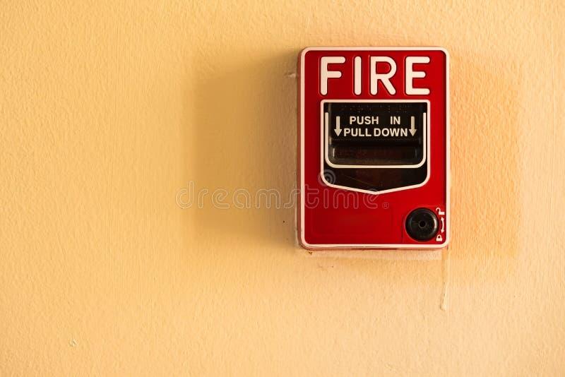 Ateie fogo ao interruptor de vidro do alarme da ruptura na parede do cimento imagens de stock royalty free