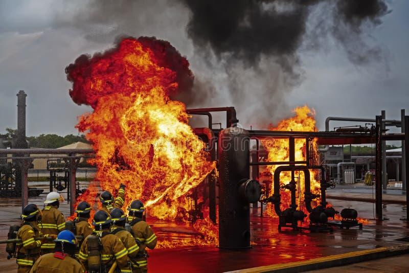 Ateie fogo ao treinamento da escola com fogo e o bombeiro vivos imagem de stock