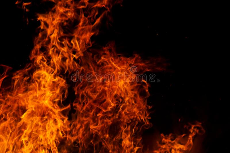 Ateie fogo que se levantou na noite imagens de stock