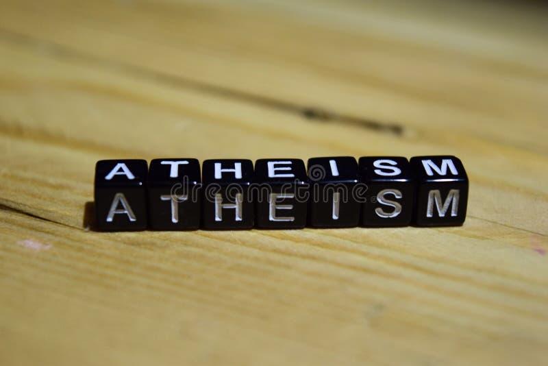 Ateismo scritto sui blocchi di legno Concetti di motivazione e di ispirazione fotografie stock