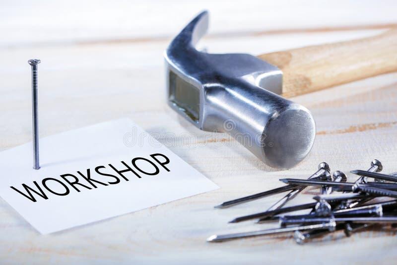 Atelier avec des outils pour le maître workplace photographie stock libre de droits