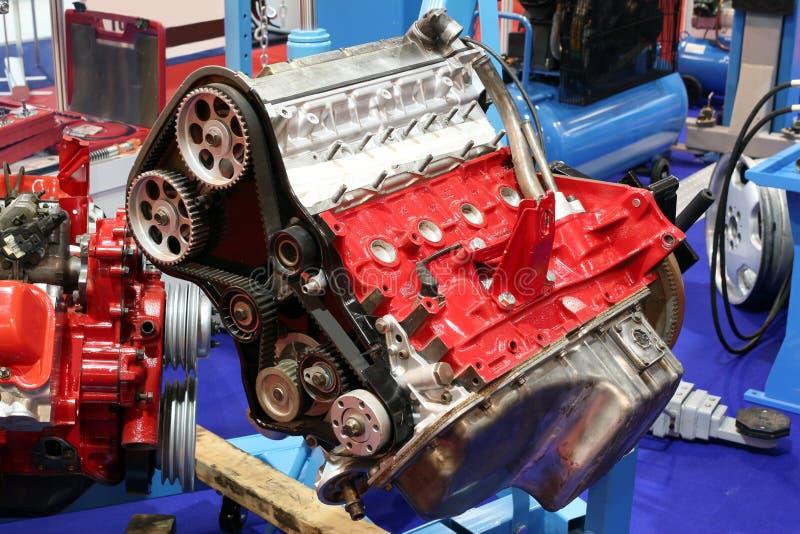 Atelier avec le moteur de voiture photos stock