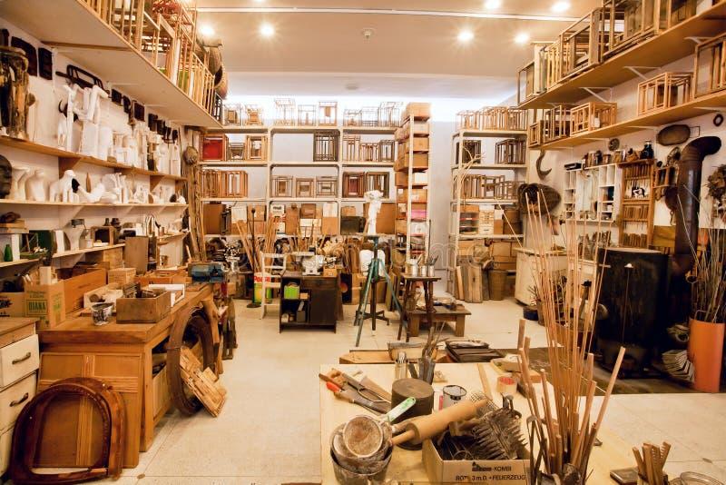 atelier d 39 art d 39 un peintre avec l 39 esprit artistique les outils et les peintures image ditorial. Black Bedroom Furniture Sets. Home Design Ideas