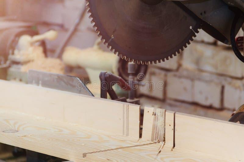 Atelier de charpentier d'ébéniste - travaillant avec du bois Backsaw électrique avec Copyspace photo stock