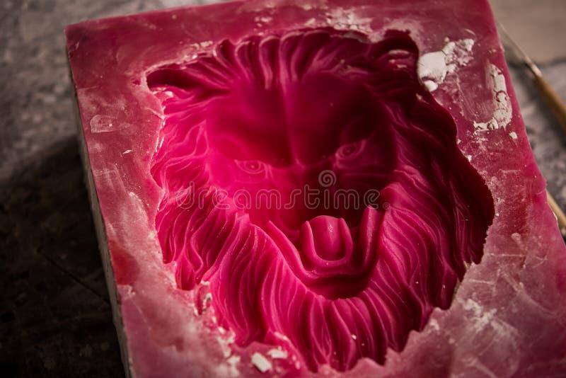 Atelier de plâtre Sépare le moule de silicone de la sculpture en plâtre de la tête du lion images stock