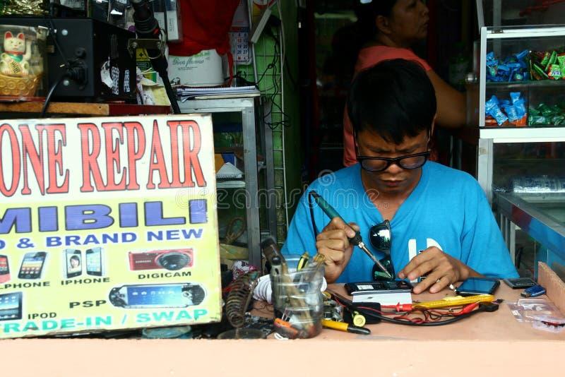Atelier de réparations de téléphone portable dans la ville d'Antipolo à Philippines image stock