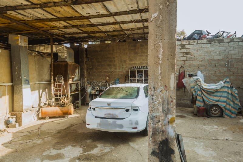 Atelier de réparations de voiture dans la boutique de l'Irak en Irak images libres de droits