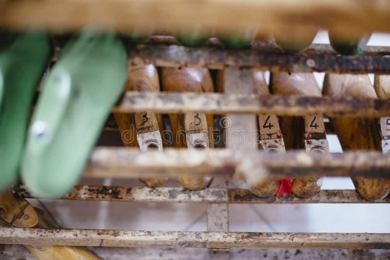 Atelier de réparations intérieur et chaussure faisant, formes en bois pour créer nouveau photos libres de droits